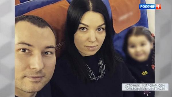 Денис Калинин с женой Анастасией и общей дочерью