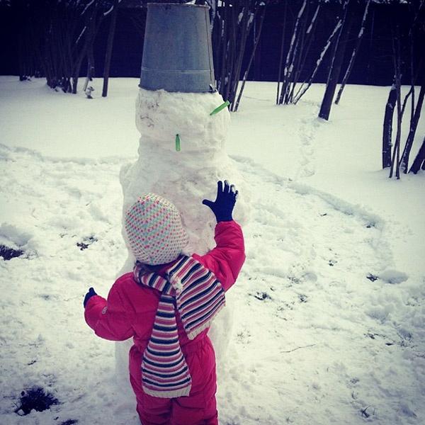 Дочка Надежды Михалковой Нина слепила снеговика