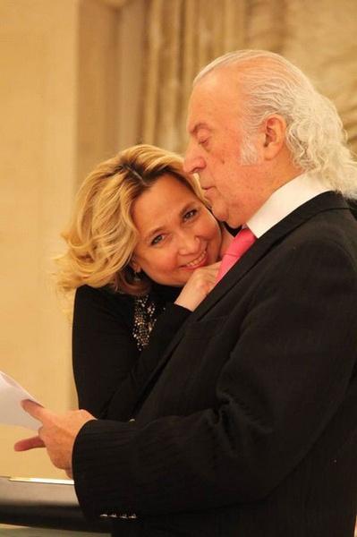 Супруга всегда находится рядом с поэтом и во всем поддерживает его