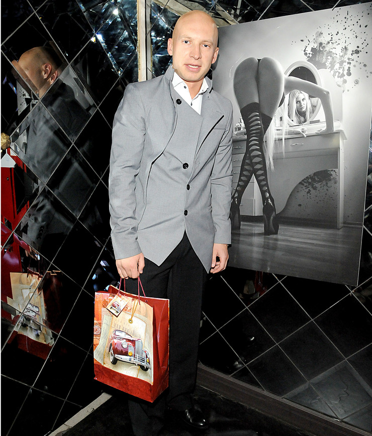 Роман Третьяков с подарком - бутылкой виски 12-летней выдержки