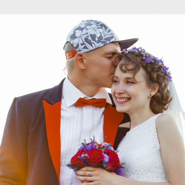 Павел - фотограф, Екатерина - продавец в магазине. На организацию свадьбы ушло два месяца, было потрачено 450 тысяч рублей