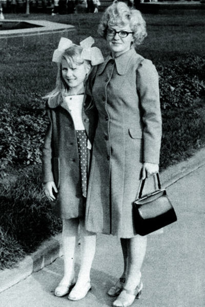 Рената на прогулке с мамой, Алисой Михайловной, 70-е