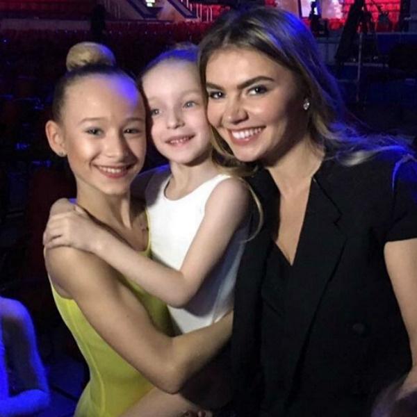Алина с удовольствием фотографировалась с юными гимнастками