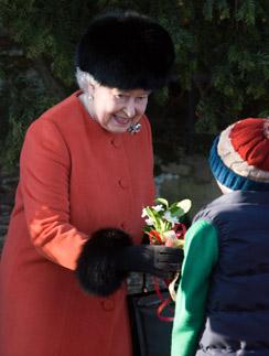 Королева в прекрасном настроении принимала цветы от подданных