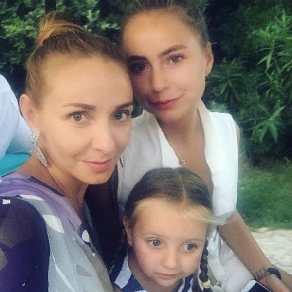 Девушка любит проводить время с мамой и младшей сестрой Надеждой
