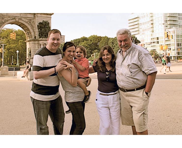 С женой Валидой, дочерью Лолой, зятем Джеймсом и внуком Максимилианом