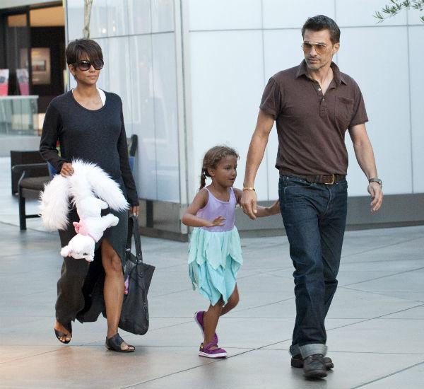 Холли Берри с супругом Оливье Мартинесом и дочерью Налой