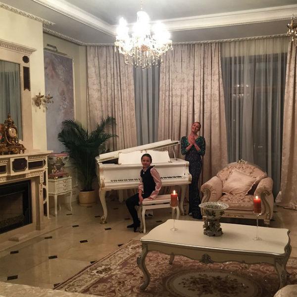 Белоснежный рояль достался семье Волочковой от Николая Баскова
