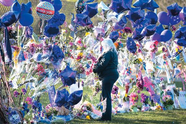 Поклонники устроили мемориал рядом с домом Принса