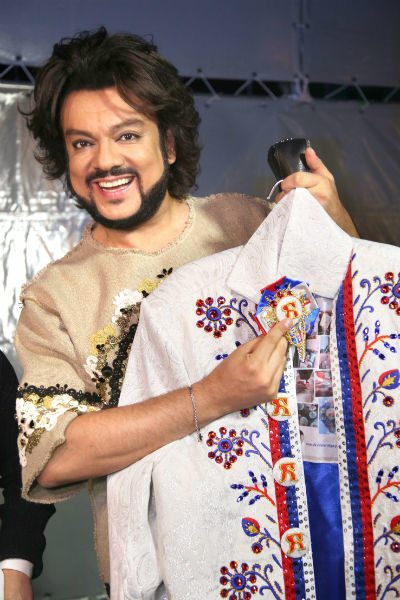 Филипп Киркоров получил в подарок пиджак от дизайнера Ольги Поспеховой