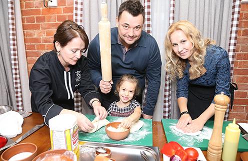 Шеф-повар «Джон Джоли» Русико Шаматава, Сергей Жуков, Ника и Катя готовили с шутками и песнями