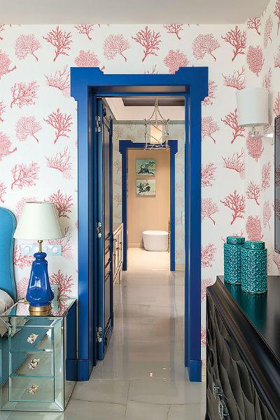 В каждой комнате присутствуют элементы синего цвета