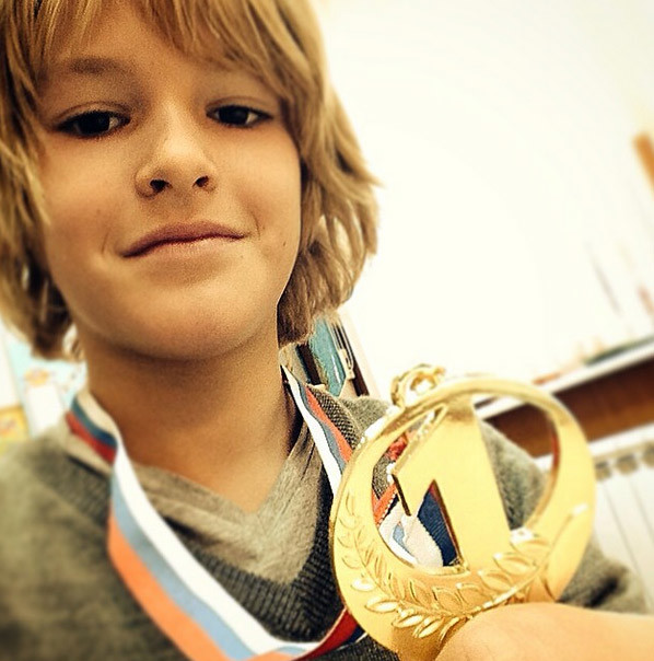 Артем демонстрирует золотую медаль