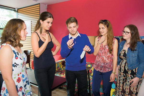 Под охи девчонок из нашей редакции Даниил повторил фокус с лезвиями