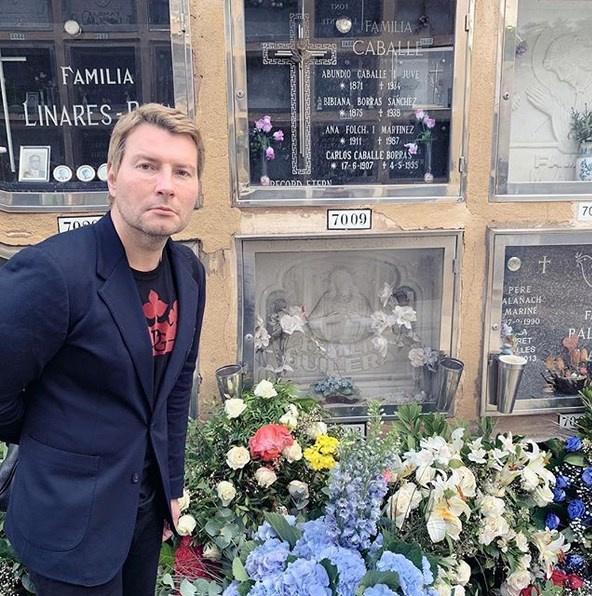 Басков рядом с ячейкой №7009, где похоронена Монсеррат Кабалье