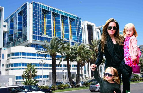 Актриса Анджелина Джоли с близнецами Ноксом и Вивьен. Роддом Maternite Santa Maria Lenval в Ницце