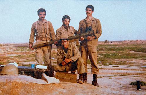 Во время Ирано- иракской войны Норузи (на фото в центре, внизу) спасал сослуживцев от взрывов. 1981 год