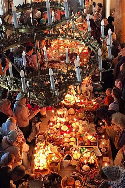 Светлана Бондарчук поделилась снимком, запечатлевшим момент освящения куличей и яиц