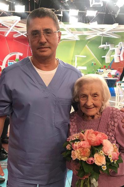 Недавно участие в программе Александра Мясникова приняла старейший действующий хирург России Анна Левушкина