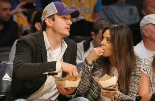 Эштон Катчер и Мила Кунис на баскетбольном матче