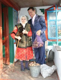Олег Ляшко с пенсионеркой, вырастившей картошку