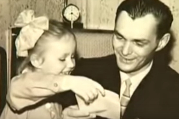 Маленькая Наташа с папой
