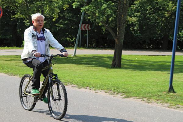 «Бывая в Юрмале, я дважды в день по часу катаюсь на велосипеде – рассекаю по сосновым лесам, езжу на базар, в рестораны и, конечно, к своей подруге Лайме Вайкуле», – рассказывает певец