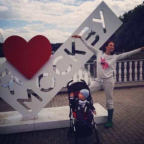 «С Днём города нашу столицу! 867 лет я хотела сюда, а теперь для меня Москва жизнь, любовь, работа, семья!» - признается Эвелина Бледанс.