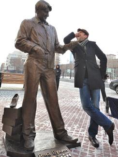 На открытии памятника Гене Букину актер Виктор Логинов придумал натирать туфлю, которую держит башмачник