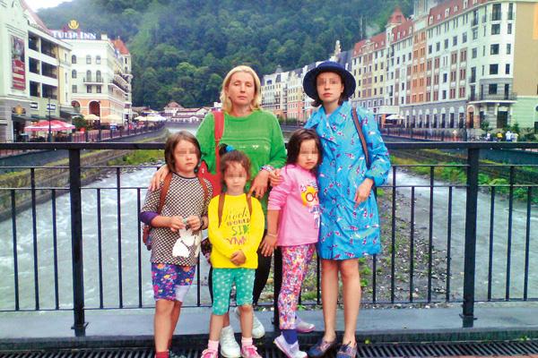 Елена с приемными девочками и родной дочкой Машей во время отдыха