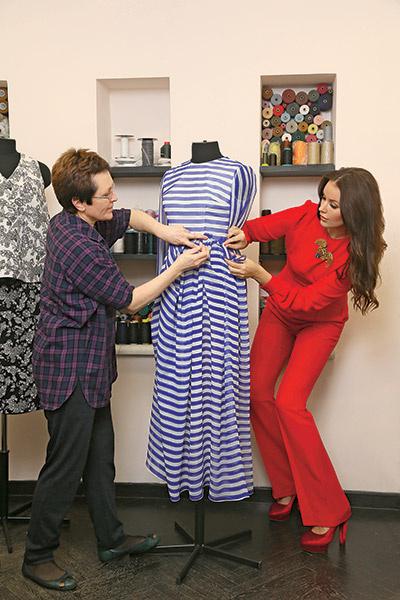 Хозяйка бренда участвует  во всех процессах  производства одежды.  Оксана Федорова и  модельер-конструктор  Виктория Цивун