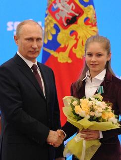 Юлия Липницкая с президентом Владимиром Путиным на церемонии награждения олимпийцев