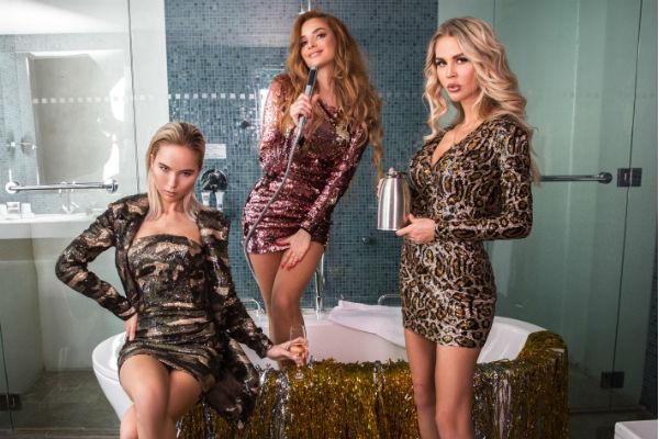 В рамках cьемки новогоднего лукбука бренда DressByMariaShatalova снялись Татьяна Котова и Анна Белис