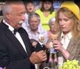 Леонид Якубович поцеловал Монеточку на шоу «Поле чудес»