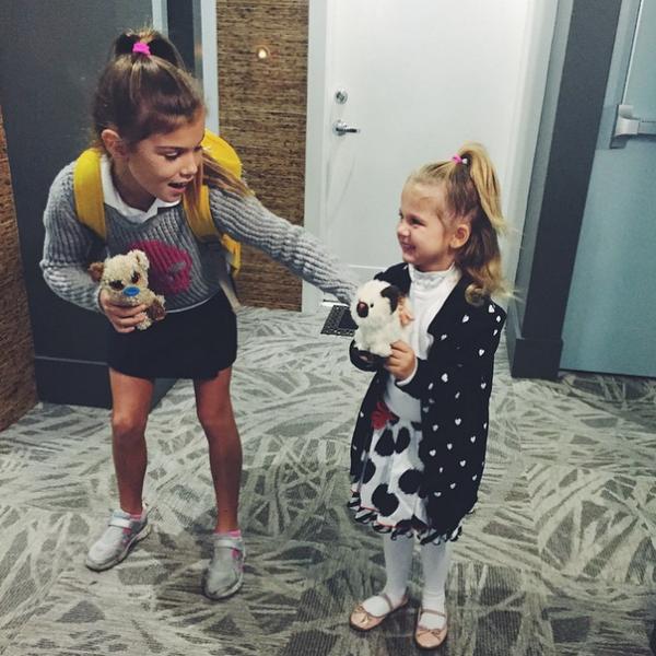 Дочери певицы Алина и Моника собираются в школу и в сад только с игрушками