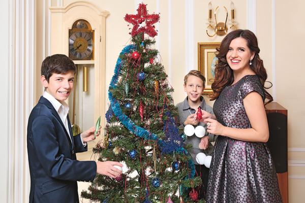 В семье Анастасии Денисовой новогоднюю ель всегда наряжают старинными игрушками. В этом году актриса будет отмечать праздник с сыном Юрой (справа) и младшим братом Андреем, которого усыновила, выполнив последнюю волю отца
