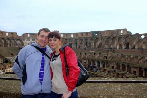 Лаврухина Кристина с мужем внутри Колизея, стены которого ещё помнят гладиаторские бои.
