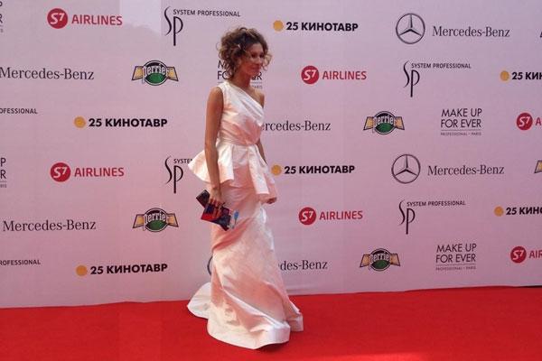 Елена Подкаминская сумела уберечь от ветра и платье, и прическу