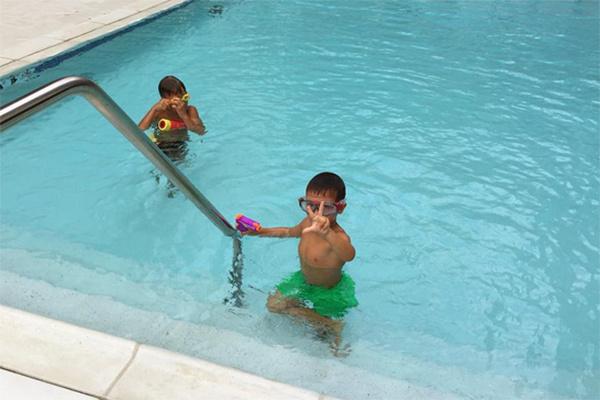 По утрам Богдан купается в бассейне во дворе дома