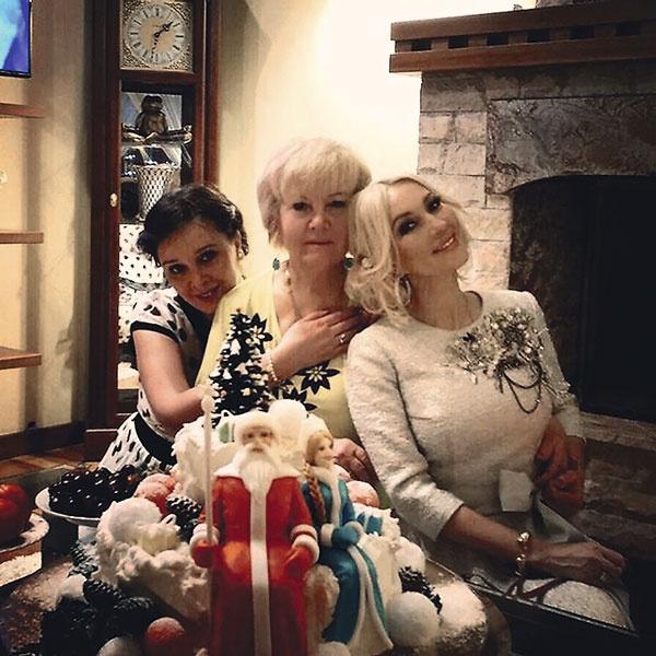 Все праздники телеведущая отмечает с сестрой Оксаной и мамой Александрой Ивановной – это традиция