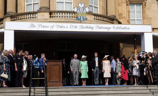 Представители королевской семьи собрались перед Букингемским дворцом