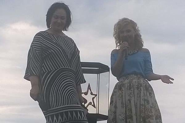 Лариса Гузеева и Пелагея показали приз фестиваля
