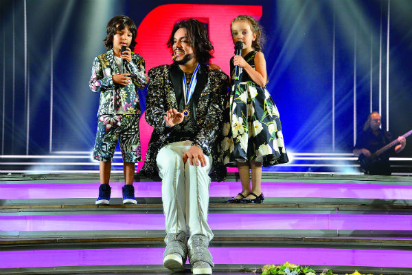 Алла-Виктория и Мартин спели с отцом песню «Зайка»