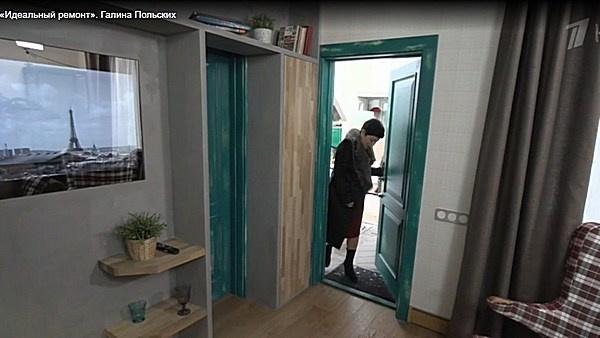 Двери дома покрыли зеленой лазурью