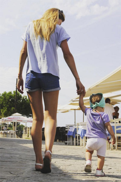 Маленькая Ева недавно побывала в Греции вместе с мамой и папой