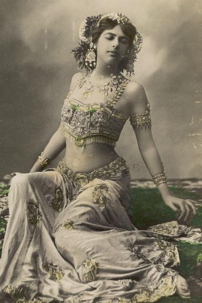 Впервые Маргарета заинтересовалась танцами во время жизни в Индонезии