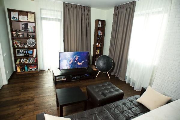 Телеведущий признается, что пока в квартире не хватает мелочей, которые сделали бы ее уютной, - фото, картин