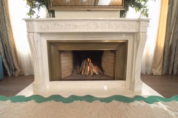 Сердцем этой большой комнаты решено было сделать мраморный камин в стиле Людовика XVI