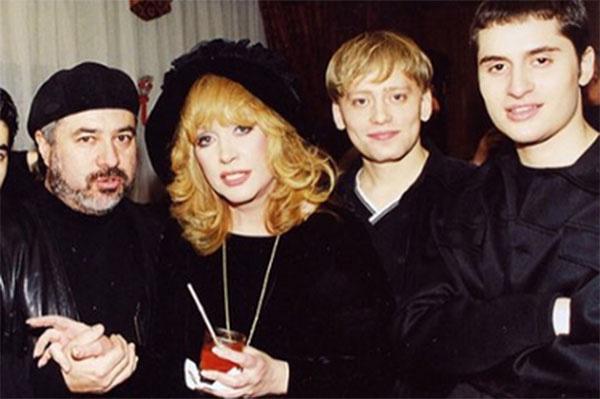 Ираклий Пирцхалава (крайний справа) в компании Аллы Пугачевой и продюсера Матвея Анечкина