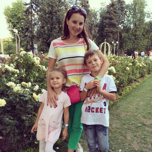 Ирина Слуцкая с дочкой Варварой и сыном Артемом